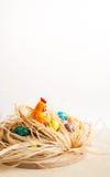 пасха счастливая Цыпленок в гнезде и покрашенных яичках Стоковые Фотографии RF