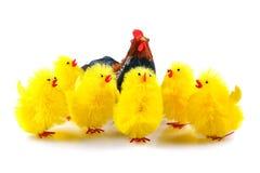Пасха, цыплята и курица на белой предпосылке Стоковое Изображение RF