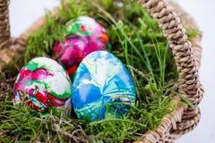 3 пасхального яйца в корзине с мхом Стоковые Фото