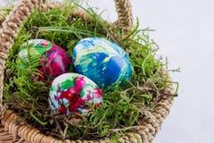 3 пасхального яйца в корзине с мхом Стоковое Изображение