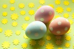 3 пасхального яйца в пастельном цвете на зеленой предпосылке Стоковое Изображение RF