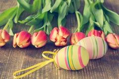 2 пасхального яйца и зацветая тюльпаны Стоковое Изображение RF