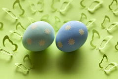 2 пасхального яйца и много бабочки бумаги Стоковые Изображения