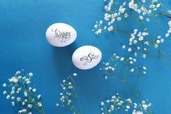 2 пасхального яйца на голубой предпосылке Стоковые Фото
