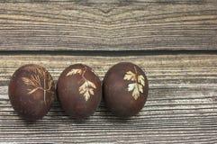 3 пасхального яйца на деревянной предпосылке Стоковое Изображение