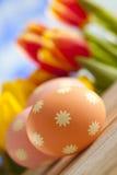 3 пасхального яйца на деревянном столе Стоковые Изображения