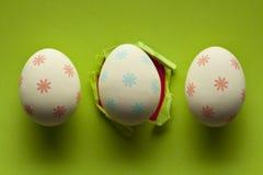 3 пасхального яйца на зеленой предпосылке Стоковая Фотография RF