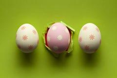 3 пасхального яйца на зеленой предпосылке Стоковые Фотографии RF