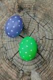 2 пасхального яйца на пне Стоковые Изображения