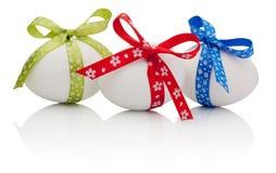 3 пасхального яйца при праздничный изолированный смычок Стоковое Изображение