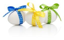 3 пасхального яйца при праздничный изолированный смычок Стоковое Изображение RF