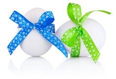2 пасхального яйца при праздничный смычок изолированный на белой предпосылке Стоковое фото RF