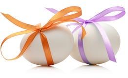 2 пасхального яйца с праздничным апельсином и фиолетовым смычком на w Стоковое фото RF