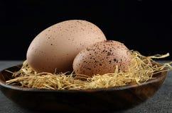 2 пасхального яйца триперсток на деревянной плите с сеном Стоковое Фото