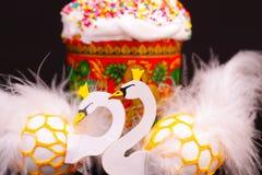 2 пасхального яйца украшенного как белые лебеди Стоковое Фото