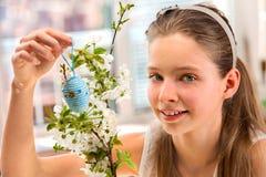 Пасхальное яйцо вида ребенка на ветви вишни Стоковые Фотографии RF
