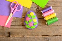 Пасхальное яйцо войлока украшенное с цветками и листьями Простая деятельность при ремесла пасхи Уча дети шить искусства Стоковые Изображения RF