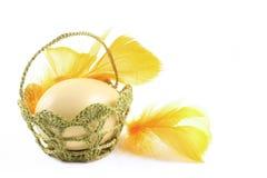 Пасхальное яйцо в корзине с шнурком Стоковая Фотография