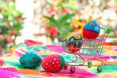 Пасхальное яйцо в магазинной тележкае Стоковое Изображение RF
