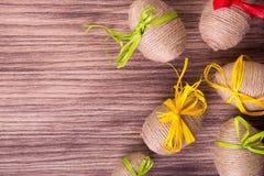 Пасхальное яйцо в шпагате около деревянной предпосылки скопируйте космос Рамка Взгляд сверху Деревенский тип Стоковые Фото