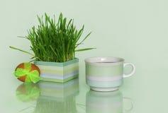 Пасхальное яйцо и чашка чаю  Стоковое Изображение RF