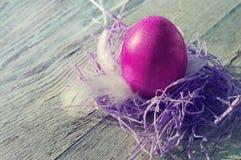 Пасхальное яйцо на старой деревянной предпосылке Стоковая Фотография