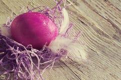 Пасхальное яйцо на старой деревянной предпосылке Стоковые Фотографии RF
