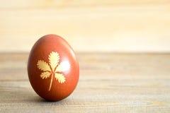 Пасхальное яйцо покрашенное естественно на деревянной предпосылке стоковое фото