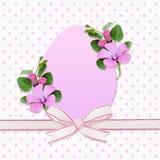 Пасхальное яйцо, смычок и цветки вьюнка Стоковая Фотография