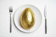 Пасхальное яйцо шоколада на плите Стоковое Изображение RF