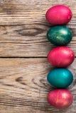 Пасхальные яйца благословленные на старых деревянных досках стоковые изображения