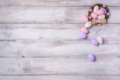 Пасхальные яйца в гнезде на деревянной предпосылке Стоковая Фотография RF