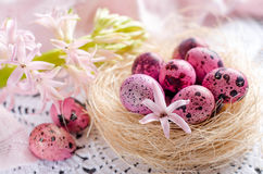 Пасхальные яйца в гнезде на свете - пинк или белизна Стоковое Фото