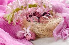 Пасхальные яйца в гнезде на свете - пинк или белизна Стоковые Фото