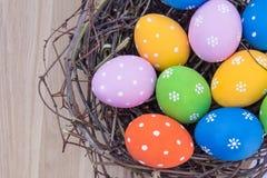 Пасхальные яйца в гнезде на таблице Стоковые Изображения RF