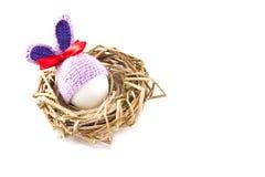 Пасхальные яйца в гнезде связали зайчика пасхи Яичко в плюшке пасхи Стоковые Изображения