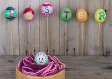 Пасхальные яйца в гнезде с литерностью стоковые изображения