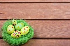 Пасхальные яйца в гнезде стоковое изображение