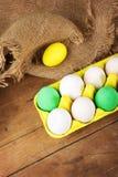 Пасхальные яйца в желтой коробке с оформлением джута Стоковое Изображение RF