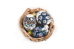 Пасхальные яйца в корзине на белизне Стоковые Фото