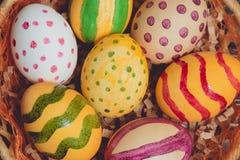 Пасхальные яйца в корзине на деревянных досках Стоковые Фото