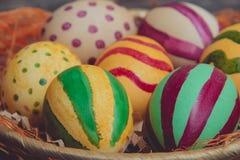 Пасхальные яйца в корзине на деревянных досках Стоковые Изображения RF