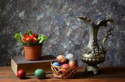Пасхальные яйца в корзине лозы стоковая фотография