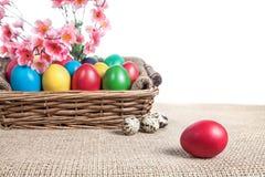Пасхальные яйца в корзине стоковое фото rf