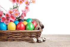 Пасхальные яйца в корзине стоковое изображение rf