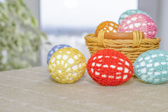 Пасхальные яйца в кружевных пестротканых одеждах Стоковое Изображение RF