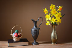 Пасхальные яйца в плетеных корзинах и цветках Стоковое фото RF