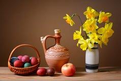 Пасхальные яйца в плетеных корзинах и цветках Стоковое Изображение RF
