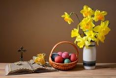Пасхальные яйца в плетеных корзинах и цветках Стоковые Фотографии RF