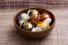 Пасхальные яйца в плите глины стоковые изображения